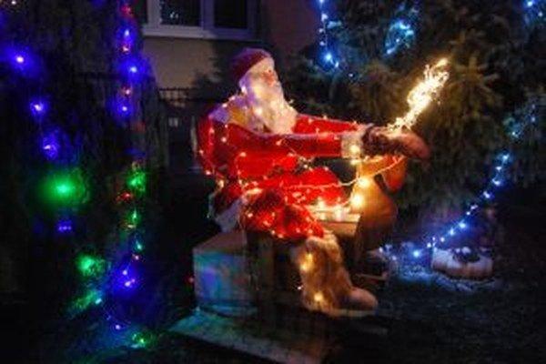 Santa Claus trávi Vianoce tradične na Jasnej ulici.