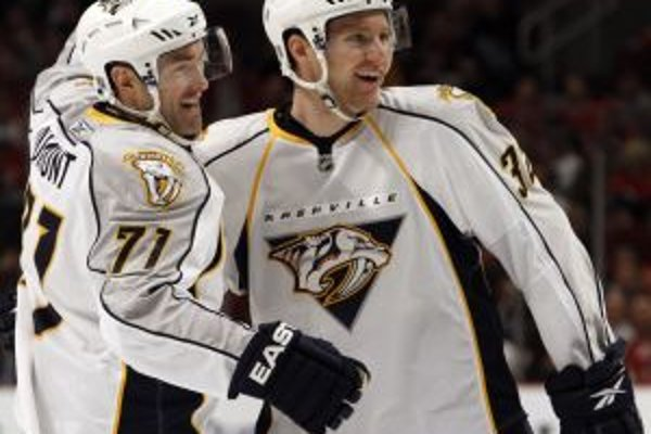 Radosť hokejistov Nashvillu J P Dumonta (vľavo) a Codyho Fransona.
