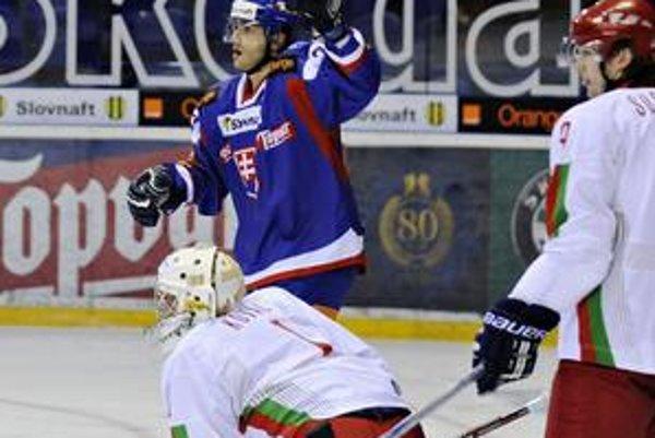 V posledných dvoch zápasoch finálovej série KHL pre zranenie kolena Roman Kukumberg nehral. Na fotografii sa teší z gólu v reprezentácii.