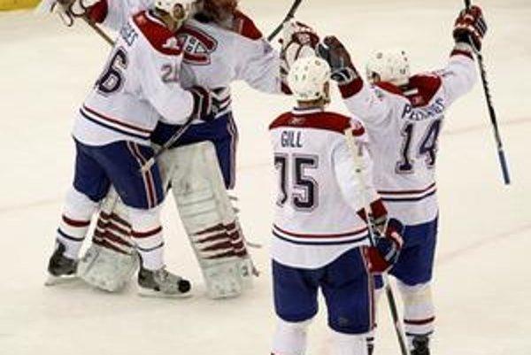 Jaroslav Halák oslavuje so spoluhráčmi postup do finále konferencie. Montreal vyradil obhajcu Stanleyho pohára Pittsburgh.