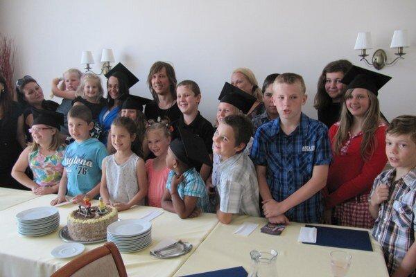 Deti na promóciach získali titul Bakalárik.