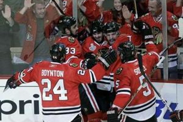 Hokejisti Chicaga vyhrali v dôležitom piatom zápase nad Philadelphiou a už vo štvrtok môžu získať Stanleyho pohár.