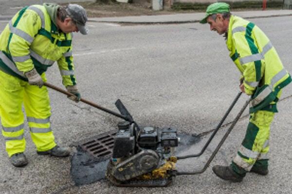 Opravy výtlkov mesto kryje do konca mája.