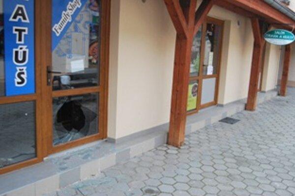 Zlodeji sa do obchodov vlámali cez rozbité sklo