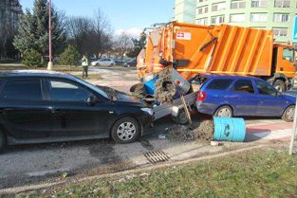 Kovový odpad zo sudov skončil po havárii na zemi