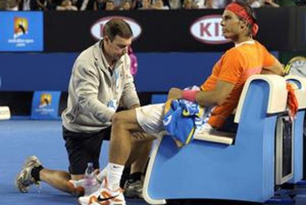 Lekár ošetruje Rafaela Nadala počas štvrťfinálového zápasu Australian Open proti Andymu Murrayovi.