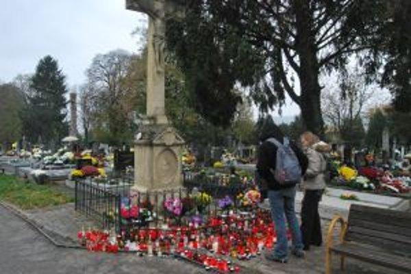 Novomestský cintorín navštívili počas sviatkov ľudia z celého Slovenska.