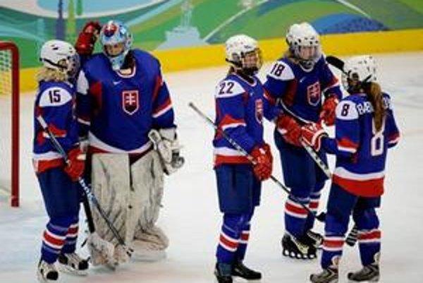 Natalie Babonyová (vpravo) so spoluhráčkami po zápase s Kanadou.