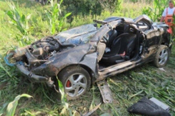 Mladý šofér pri havárii auto úplne zdemoloval.