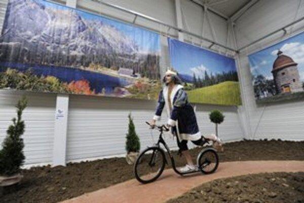Muž v kostýme kráľa sa vezie na kolobežke po okružnej jazde Slovenskom počas výstavy cestovného ruchu Región Tour Expo, 10. mája 2012 na trenčianskom výstavisku Expo Center.