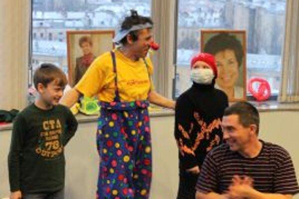 Klaun Petro rozosmieval deti v ruskom Sankt Peterburgu