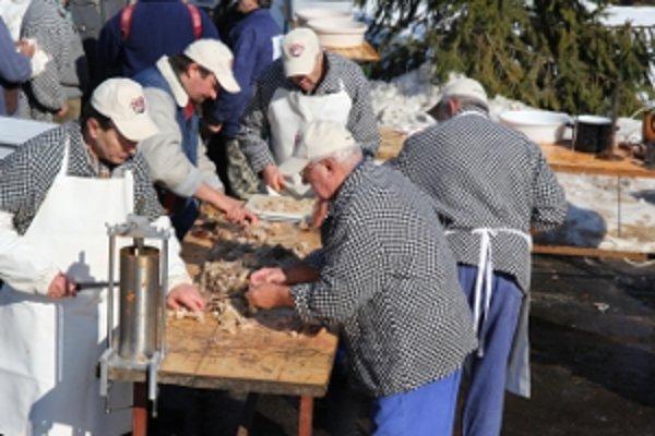 Mäsiari a šikovní chlapi z dediny na obecnom dvore vyrábali tradičné zabíjačkové dobroty.