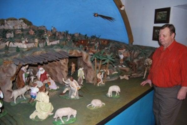 Pohyblivý betlehem Mariána Mikulca je od roku 1995 umiestnený v Podjavorinskom múzeu.