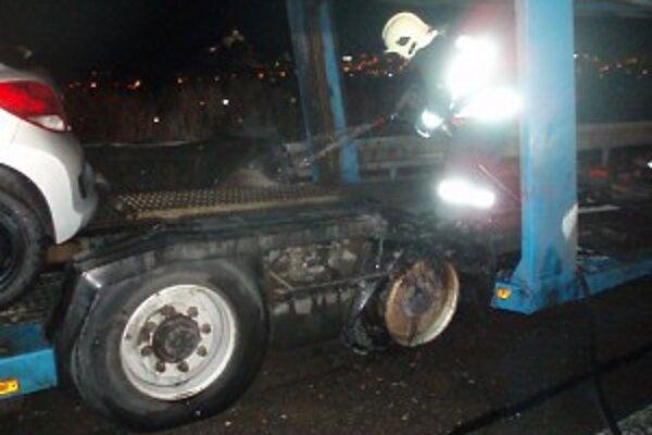 Požiar sa pokúsili uhasiť vodiči, nepodarilo sa im to, museli zasiahnuť hasiči.