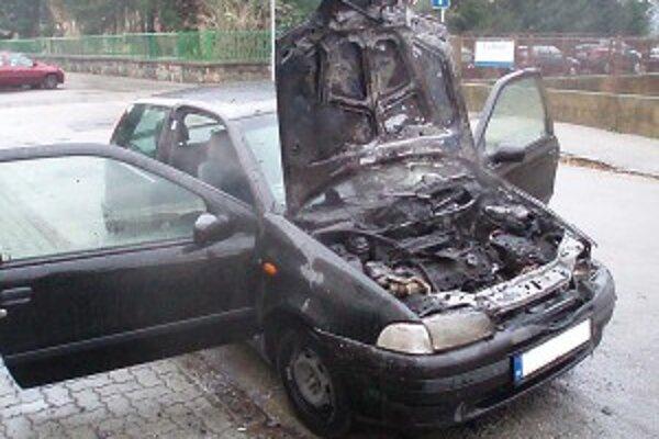 Zhorela motorová časť auta.