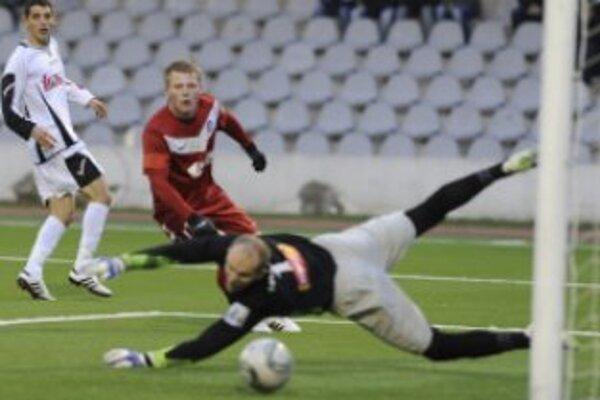 Trnavčan Radoslav Ciprys (vľavo) strieľa gól cez brániaceho Trenčana Petra Čögleya (uprostred) a brankára Miloša Volešáka