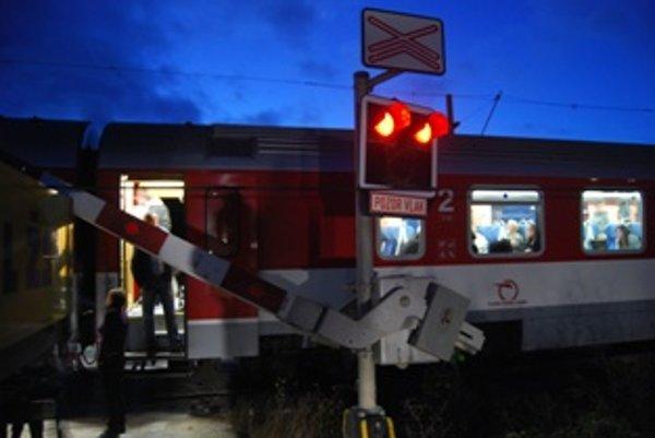 Cestujúci uviazli vo vlaku.