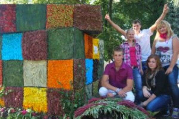 Maroš Sloviak (vľavo) rubikovu kocku so spolužiakmi vyrábali takmer celý týždeň
