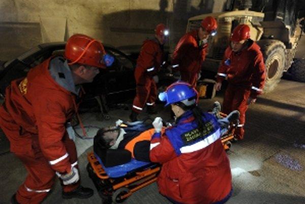 Banskí záchranári zasahujú počas cvičenia v severnom portáli novobudovaného železničného tunela Turecký vrch.