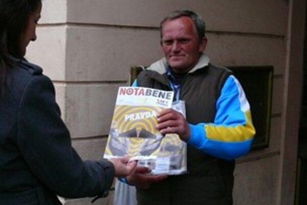 Distribúcia časopisu po odchode charity viazne. Ilustračné foto.