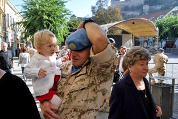 Vojaci, ktorí sa vrátili zo zahraničných operácií mali slávnostný nástup na Mieovom námestí v Trenčíne.