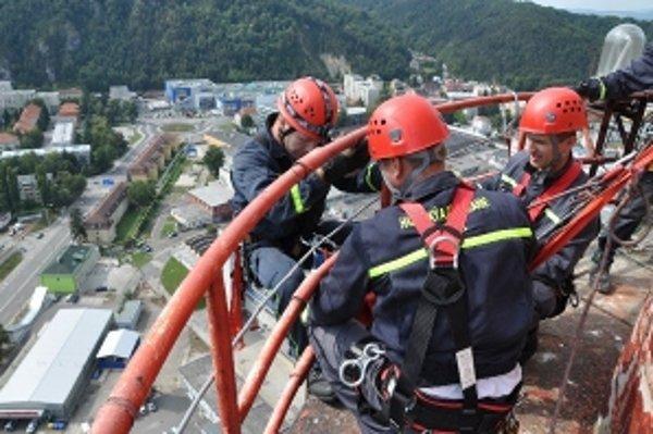 Lezecká skupina trenčianskych hasičov trénovala výcvik na továrenskom komíne vysokom približne 120 metrov.