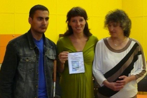 Tomáš Kollár a Soňa Zelisková (vpravo) s vedúcou Krajského strediska Únie nevidiacich a slabozrakých Silviou Ondrejičkovou.