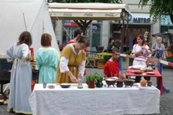 Dobová kuchyňa bude na Mierovom námestí v Trenčíne do piatku 29. júla. Júlia Spustová v nej pripravuje placky.
