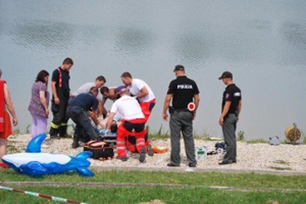 Záchranárom sa na brehu podarilo mladého muža oživiť.