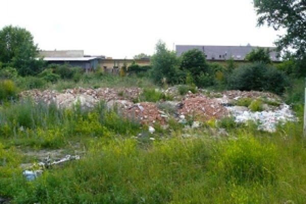 Majitelia pozemku v Zámostí, na ktorom vznikala niekoľko rokov čierna skládka, rokujú s pôvodcom odpadu.