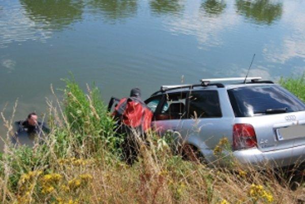 Auto sa nachádzalo na dne vážskeho kanálu.
