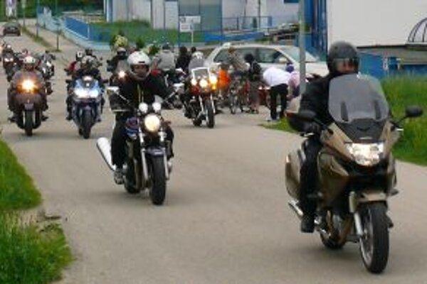 Motorkári prejdú mestom popoludní približne o pol jednej.