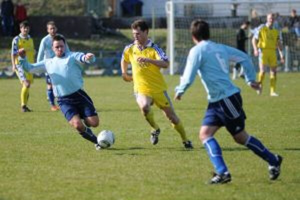 Napriek úvodnému gólu Pavla Bulka (vľavo v modrom) si Trenčianske Stankovce z Lednických Rovní nepriniesli ani bod.
