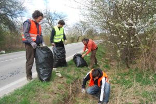 Študenti z Dolného Srnia vyčistili niekoľkokilometrové jarky vedľa cesty