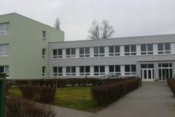 Sedemnásť zamestnancov fakulty prepustili