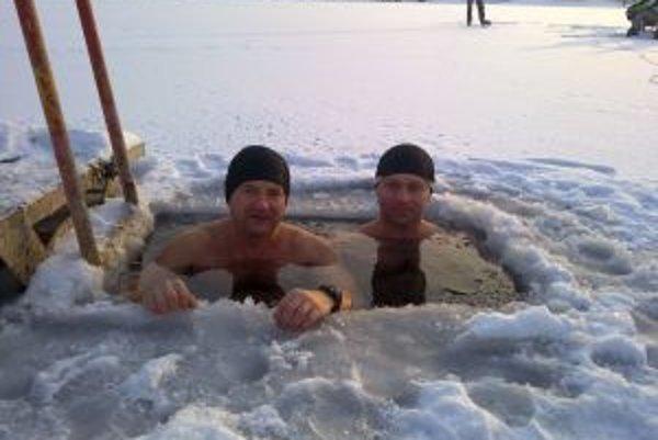 Novomestskí otužilci sa v studenej vode cítia spokojne.