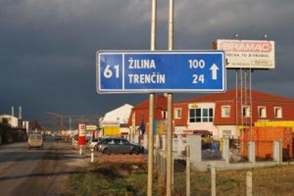 Od prvej značky je do Trenčína 26 km. Po sto metroch je to už iba 24 kilometrov.