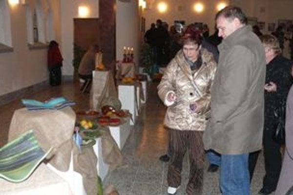 Tvorbu nevidiacej keramikárky Soni Zeliskovej obdivujú ľudia v trenčianskom Art Centre Synagóga.