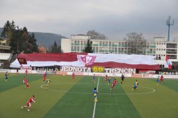 Na výročie nezabudli ani fanúšikovia a rozprestreli vlajku obrovských rozmerov Jednoty Trenčín.