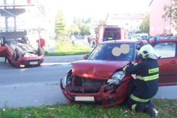 Po zrážke sa jedno z áut prevrátilo na strechu