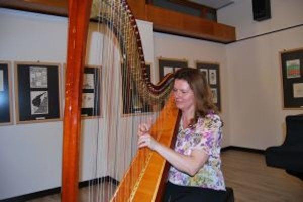 Adriana Antalová je slovenskou hviezdou v hre na harfu