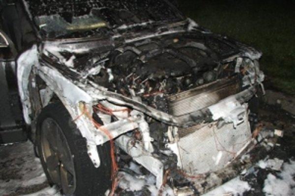 Požiar zachvátil celú prednú časť vozidla
