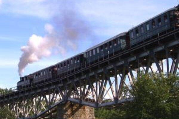 Parný rušeň Uhranka prechádza s historickou súpravou po myjavskom viadukte.