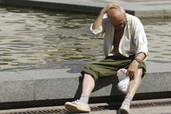 Starší ľudia by podľa lekárky cez deň vôbec nemali byť vonku na slnku.