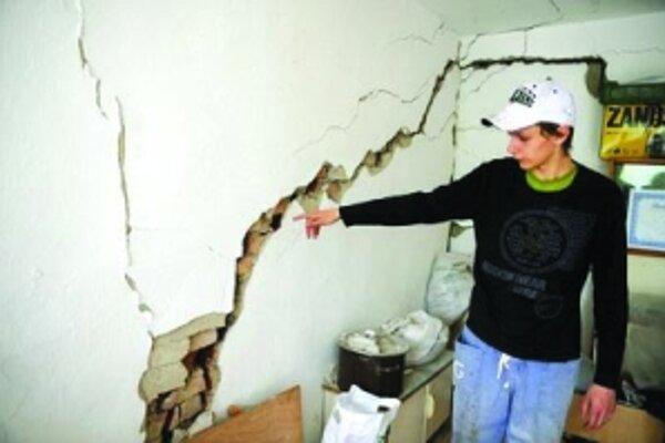 Popraskané múry rodinného domu Ľuboša Peterčáka v Nižnej Myšli po zosuve pôdy.