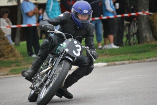 Hrdzavé vraky motocyklov premenili na pretekárske stroje