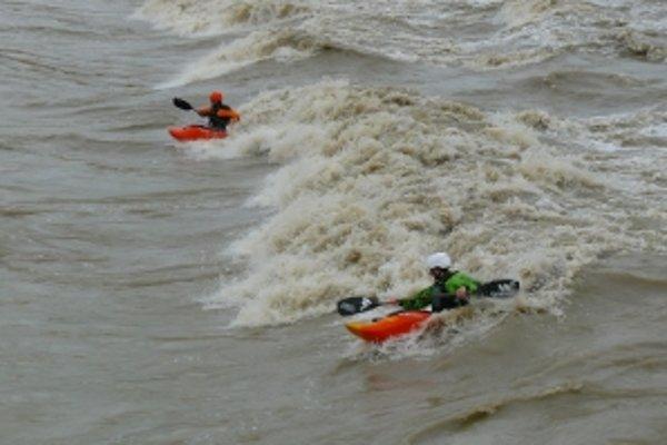 Freestylisti chodia trénovať na Váh, kde prietok vody vytvoril ideálne vlny pre ich šport.