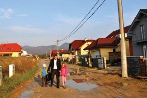 Ulica v krajskom meste je plná výmoľov, bez asfaltového povrchu.