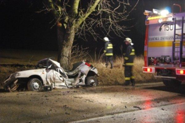 Z osobného auta zostal iba nepojazdný zničený vrak