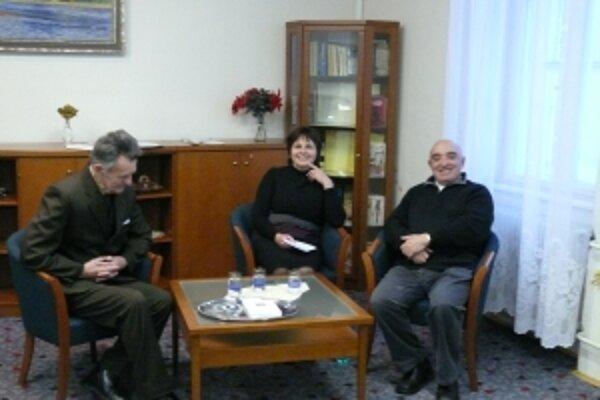 Spisovateľ Rudolf Dobiáš (vpravo)na besede v trenčianskej knižnici